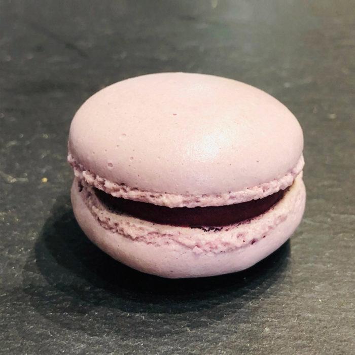 Cassis-Macaron aus der Konditorei Abessa aus Lübeck
