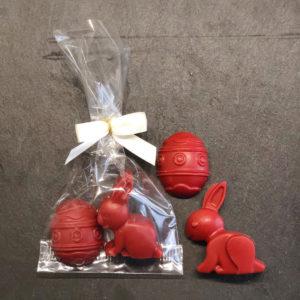 Osterhase und Osterei aus Erdbeerschokolade aus der Konditorei Abessa aus Lübeck